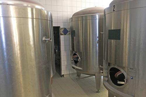 Wassergekühlte Edelstahltanks für das Bier werden in die neu gefliesten Lagerräume eingebaut.