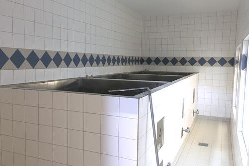 Die drei frisch gefliesten Gärbottiche aus Edelstahl sind in einem separaten Raum installiert.